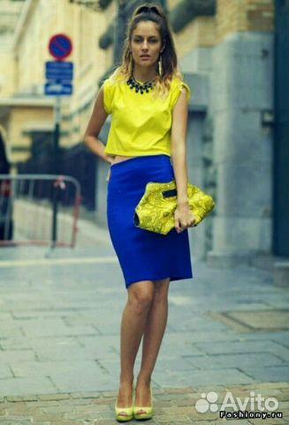 Желтое платье синие туфли